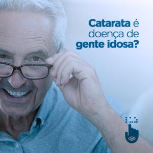 #PraCegoVer #PraTodosVerem Na foto temos um homem idoso. Ele tem a pele clara, cabelos brancos, veste uma camisa polo azul, de gola, e está segurando a haste dos óculos de grau com a mão esquerda enquanto sorri. Texto da imagem: Catarata é doença de gente idosa?